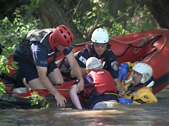 water rescue in the big sioux river \ canoe \ canoeists \ canoeing